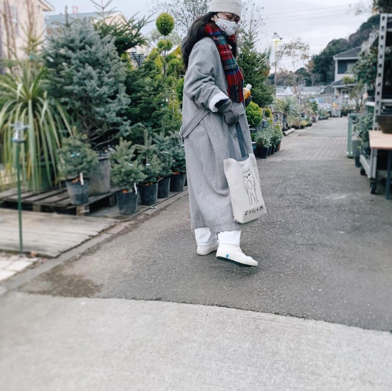 .短時間ですが冬の園芸屋さんは楽しいyumiさんが送ってくださったエクリュさんのバッグ︎.熊本でされていたすてきなエクリュさんのイベント、この状況じゃなければ伺いたかったです。yumiさん、いつもお気遣いほんとうにありがとうございます。バッグとてもとてもうれしいです︎..寒いから届いたばかりのmillennium paradeのフーディーをいそいそ着てきましたが…見えない..#メガネ女子 #曇り止め→ひとつ前の投稿のおすすめ.2021.01.11 これからタンタンお迎えに🐈