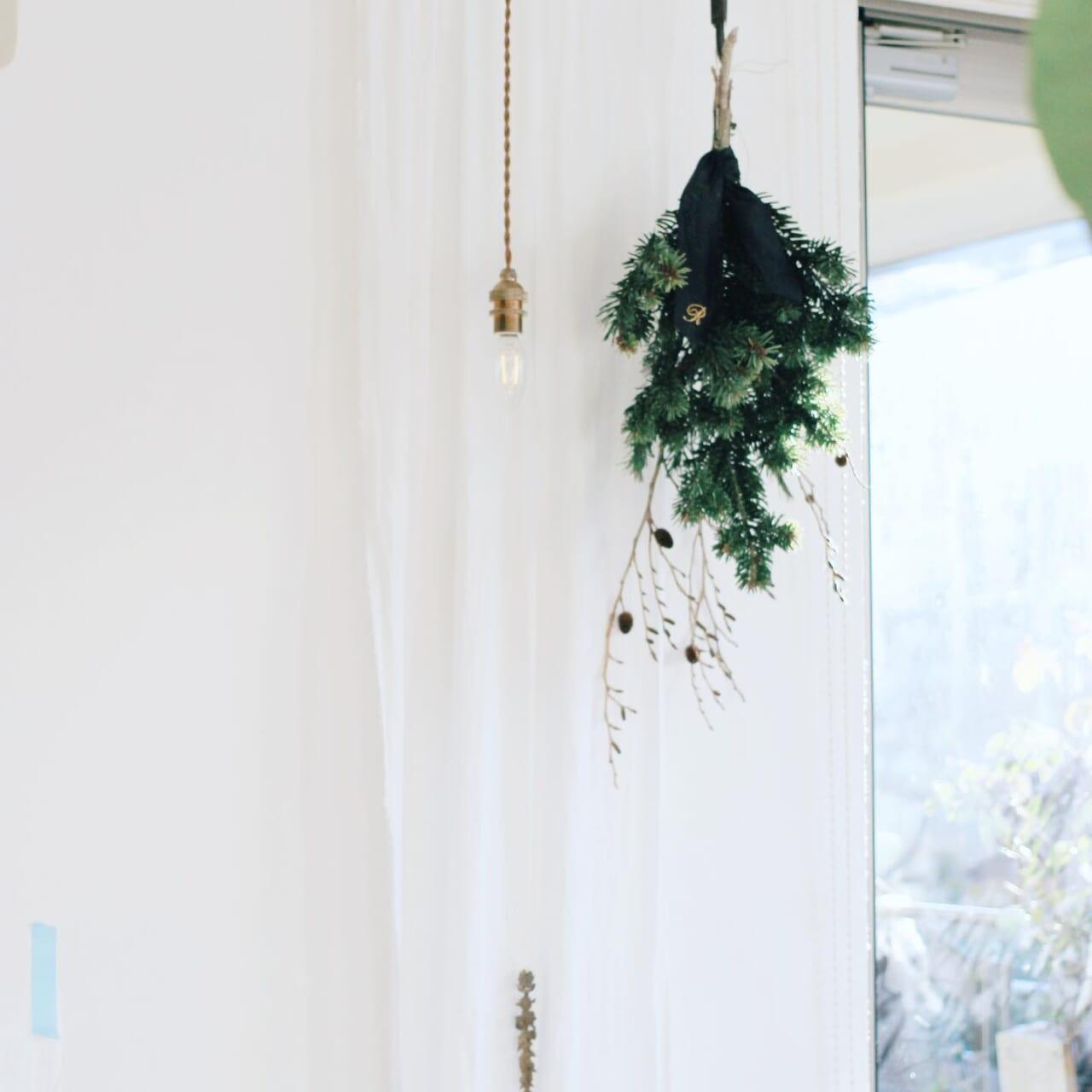 .友人からもみの木の枝をいただいたので毎年恒例のスワッグにしました🌲.ハービック蒸留したいのですが氷がないという状況で幸い寒いベランダで活き活きと待ってくれているようです︎..たんたんは様子見になってます、今日からa/d缶シリンジ給餌を始めました。..#植物のある暮らし #ハーブのある暮らし #スワッグ#ハーブを暮らしに .2021.01.12 マステの下にはペットシーツが🤫