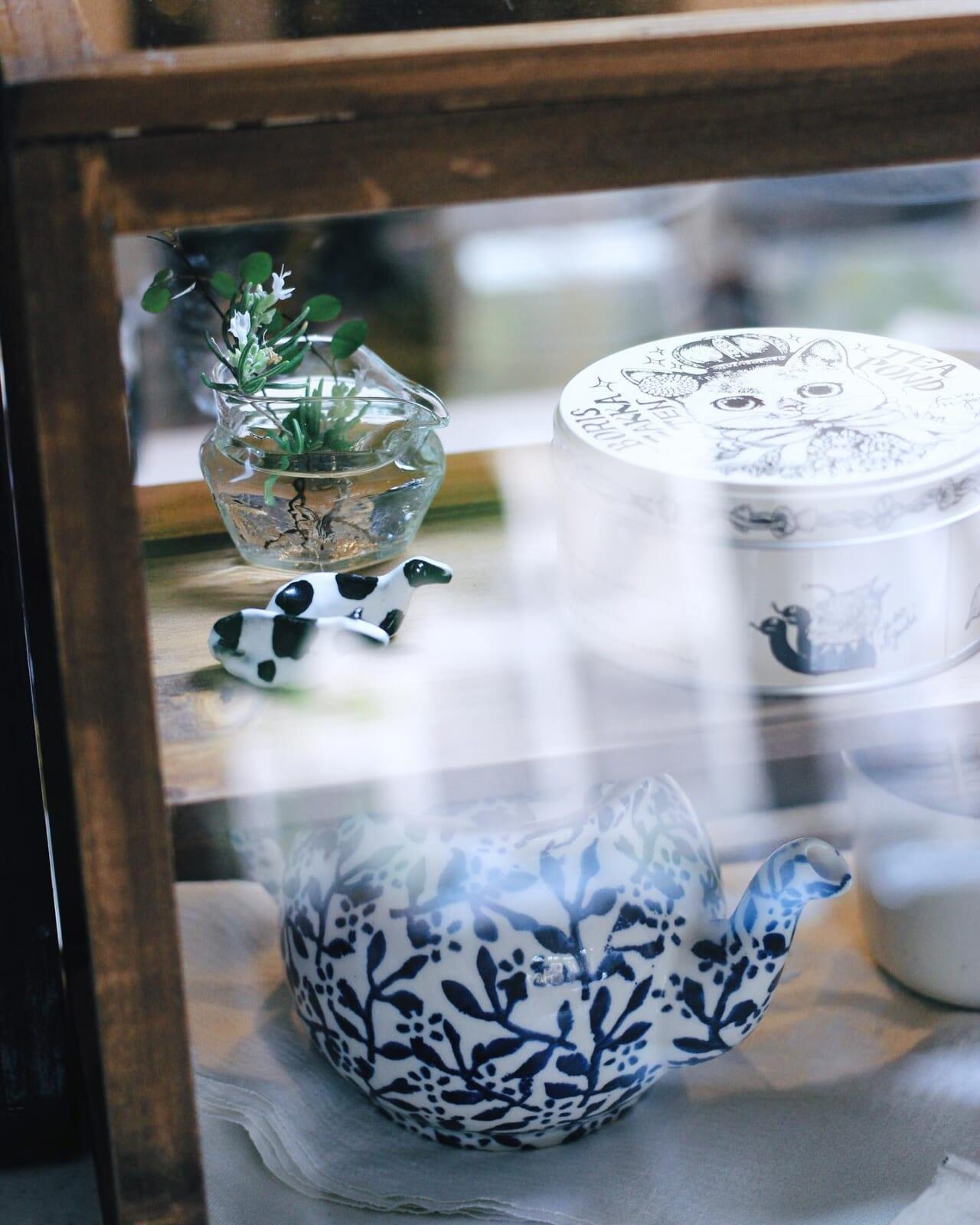 .お手頃価格のカジュアルなタイプですがカフェっぽいキャビネット️.アンティークのとかが欲しかったけれどやはりときめきますね︎🐄..白花のローズマリー、今満開です。先日、しましまにも少し持たせました.ハーブを使うこと、育てること。もっともっと繋げていきたいです..#カフェ風インテリア #キッチンキャビネット#ローズマリー#花のある暮らし #ハーブのある暮らし #ハーブを暮らしに .2021.01.16